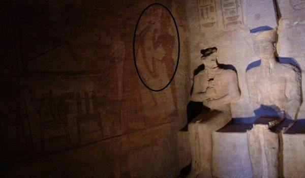 He redondeado la parte en la que aparece un sacerdote recogiendo una muestra de semen a Ramsés II en una probeta…